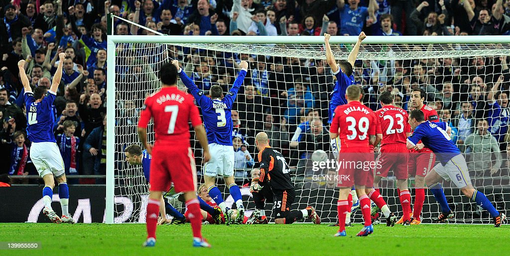 Cardiff City's English footballer Ben Tu : News Photo