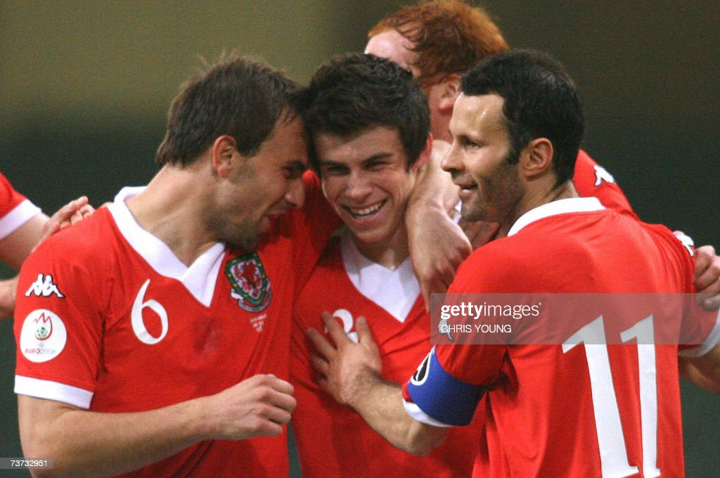 Welsh defender Gareth Bale (2L) celebrat... : News Photo