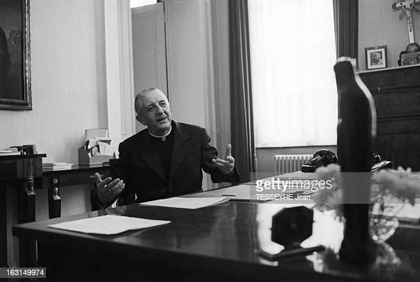 Cardinal Jean Joseph Suenens Exorcist En septembre 1974 le cardinal belge de l'Église catholique romaine LéonJoseph SUENENS pratique l'exorcisme Ici...