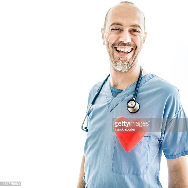 Kardiologe mit Arme verschränkt auf weißem Hintergrund