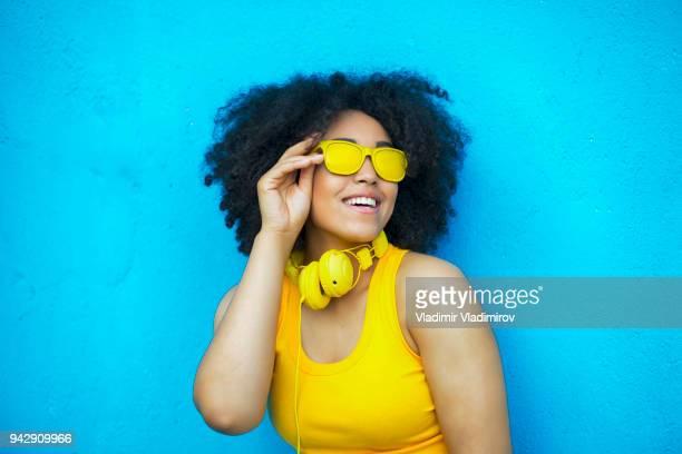 Femme africaine sans soucis en tenue jaune