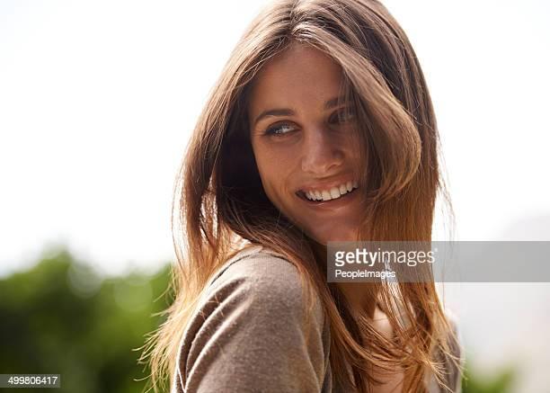 carefree and positive on a sunny day - schoonheid in de natuur stockfoto's en -beelden
