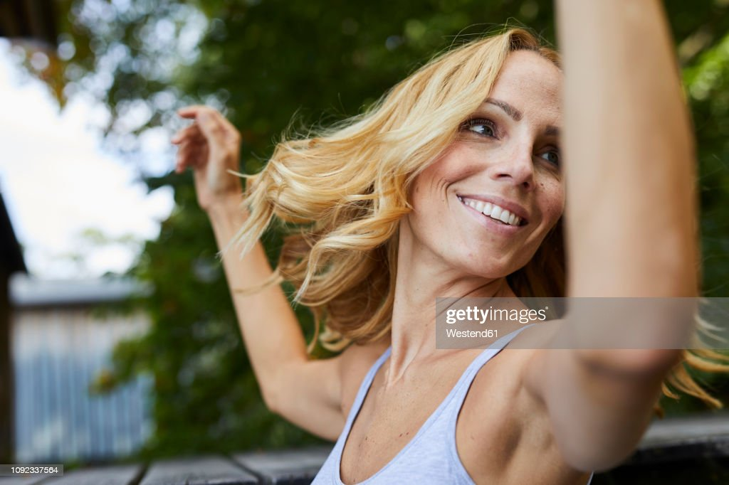 Carefree blond woman outdoors : Stock-Foto