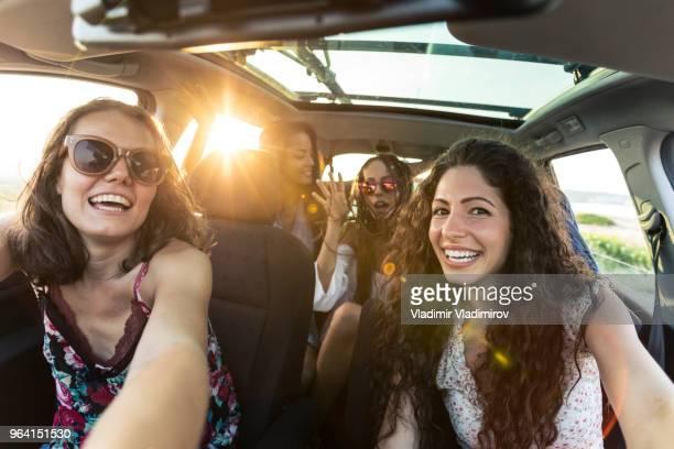 namoradas despreocupadas aproveitando a viagem de carro - dentro - fotografias e filmes do acervo
