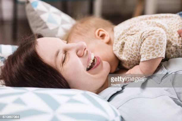 Zorgeloos moeder met haar liefdevolle baby