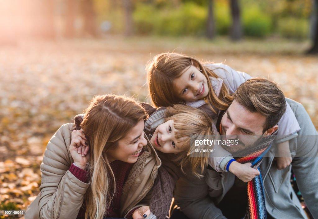 Sorglose Eltern und ihren Kindern beim Spielen im Park. : Stock-Foto