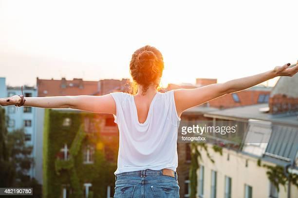 carefree día de verano: Vista posterior de joven mujer, sensación de cortesía
