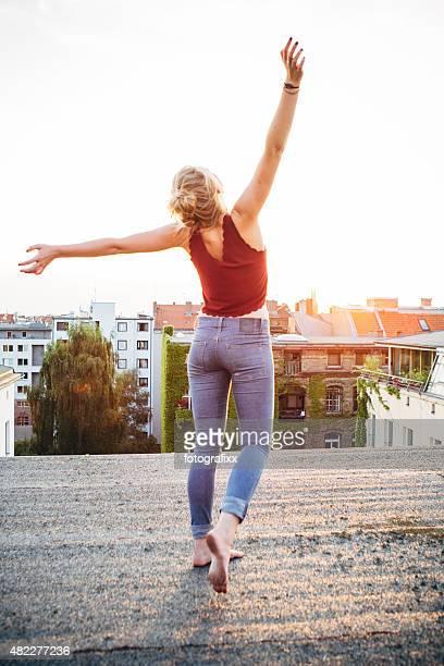 Entspannte Sommer Tag: Rückansicht der jungen Frau, die ein kostenlos