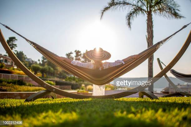 高級リゾートで楽しんで屈託のない女性 - リゾート地 ストックフォトと画像