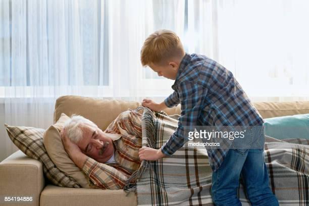 毛布と注意孫カバーおじいちゃん - 毛布 ストックフォトと画像