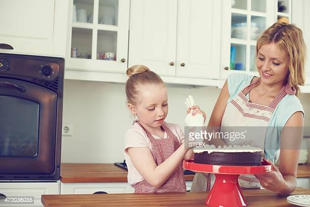 Sorgfältig Zuckerguss einem frischen Kuchen