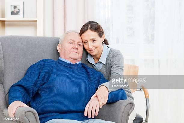 Fürsorgliche Trösten senior Mann