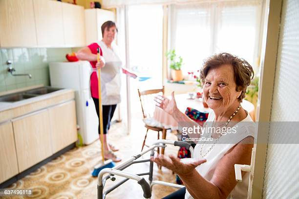 caregiver doing the chores - caseiro - fotografias e filmes do acervo