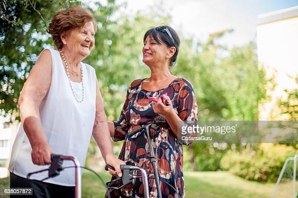 caregiver with an elderly woman outdoors - filhos adultos - fotografias e filmes do acervo