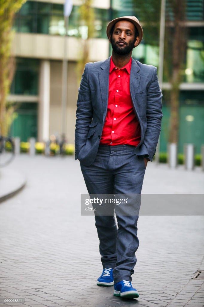 Unvorsichtige Mann im Anzug mit Händen In den Taschen : Stock-Foto
