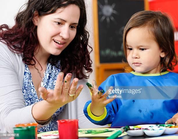 Carer/mère et la petite main peint