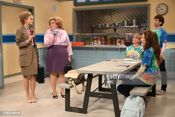 """Carey Mulligan"""" Episode 1802 -- Pictured: Host Carey Mulligan, Aidy Bryant, Andrew Dismukes, Heidi Gardner, and Kyle Mooney during the """"L'Eggs""""..."""