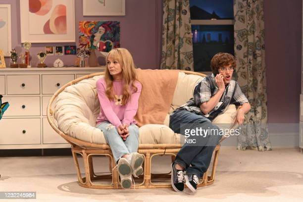 """Carey Mulligan"""" Episode 1802 -- Pictured: Host Carey Mulligan and Kate McKinnon during the """"Study Buddy"""" sketch on Saturday, April 10, 2021 --"""
