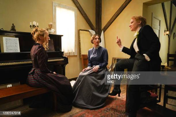 "Carey Mulligan"" Episode 1802 -- Pictured: Host Carey Mulligan, Heidi Gardner, and Kate McKinnon during the ""Movie Trailer"" sketch on Saturday, April..."