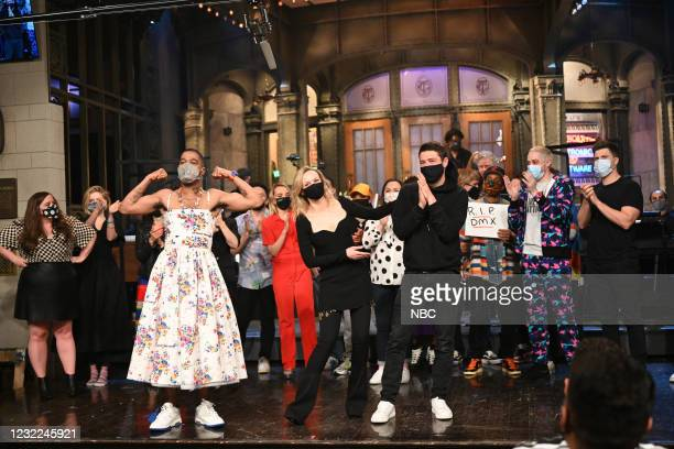 """Carey Mulligan"""" Episode 1802 -- Pictured: Musical guest Kid Cudi, host Carey Mulligan, Marcus Mumford, and the SNL cast during Goodnights & Credits..."""