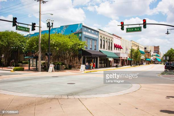 car-free intersection with shops and street lights - florida usa stock-fotos und bilder