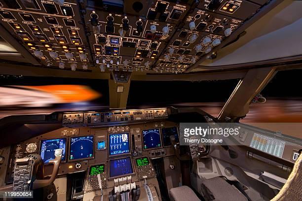cargo airplane, boeing 747 - cabine de piloto de avião - fotografias e filmes do acervo