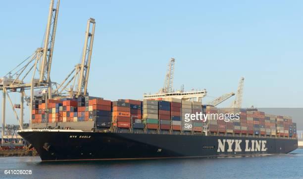 ロッテルダム港のコンテナ ターミナルに貨物コンテナー船