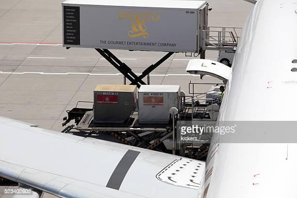 Fracht container vollgepackt mit Flugzeugmotiv