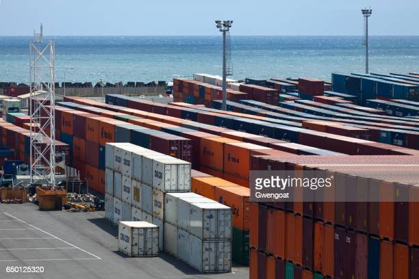 cargo containers in port réunion est - gwengoat stock pictures, royalty-free photos & images