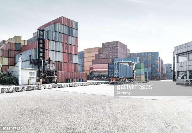 cargo containers, parking lot - molo foto e immagini stock