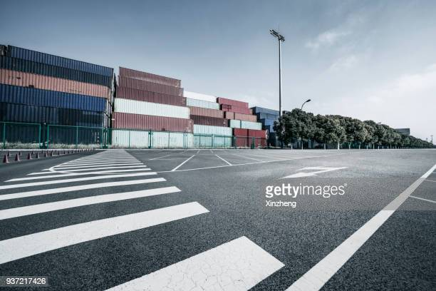 cargo containers, parking lot - strisce pedonali foto e immagini stock