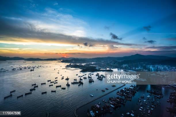 puerto y puerto de carga en la ciudad de hong kong - asia pacífico fotografías e imágenes de stock
