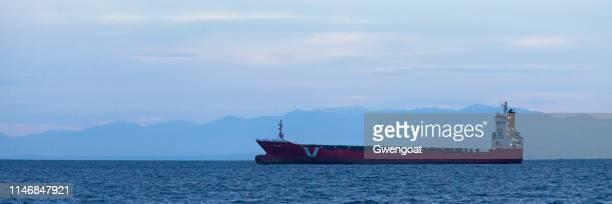 Navio de carga ancorado no Golfo Thermaic na frente das montanhas no por do sol