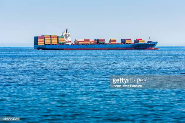 cargo ship carrying freight containers - valparaiso chile stock pictures, royalty-free photos & images