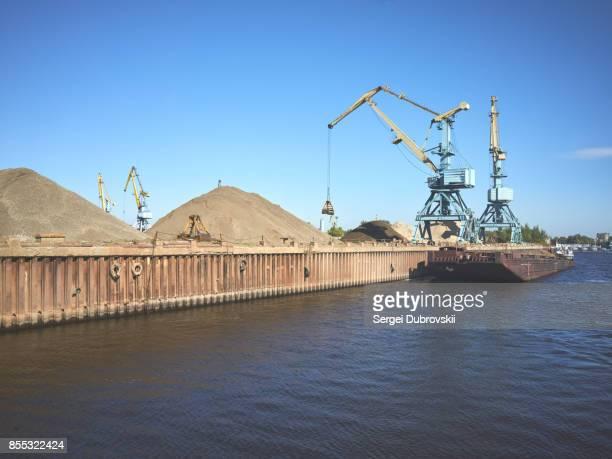 貨物船ドッキング桟橋クレーン - 砂利 ストックフォトと画像