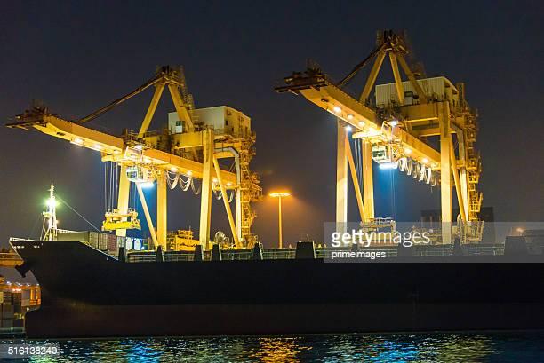 frachtschiff im hafen bei nacht - meerkanal stock-fotos und bilder