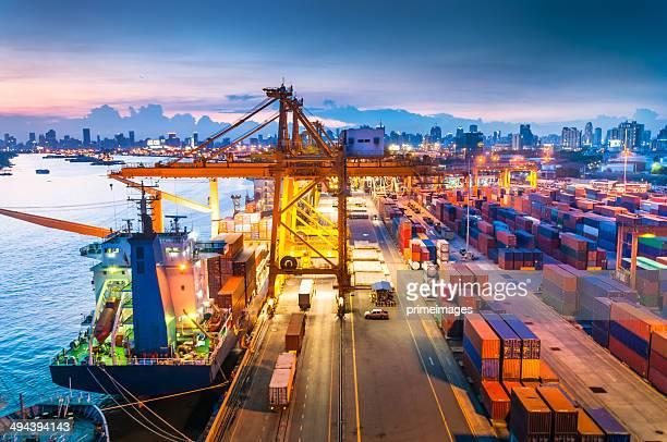 Navire Cargo dans le port au coucher du soleil.