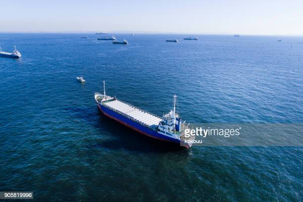 Un cargo est traversée de l'océan.
