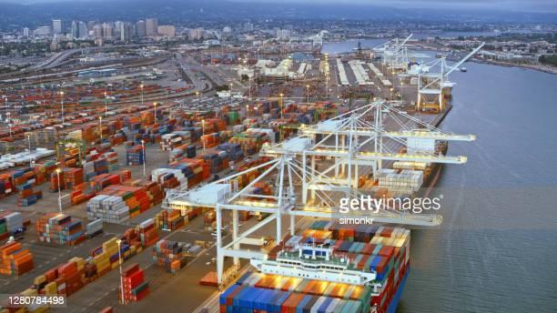 カリフォルニア州の空中貨物船積み込みドック、米国のストック写真 - ロサンゼルス港 ストックフォトと画像