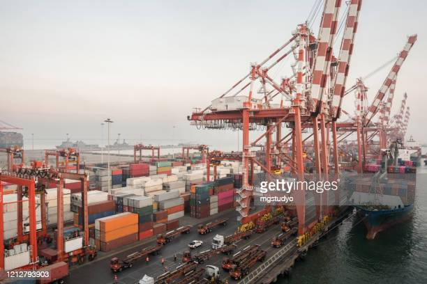 cargo ship transit in colombo port. - harbour stock pictures, royalty-free photos & images