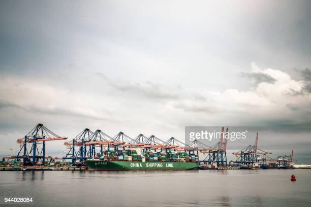 Frachtschiff mit Containern im Hafen angedockt