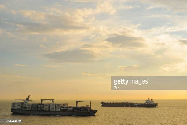 """vrachtschepen die op de grote straat van de belt in denemarken tijdens zonsondergang overgaan - """"sjoerd van der wal"""" or """"sjo""""nature stockfoto's en -beelden"""