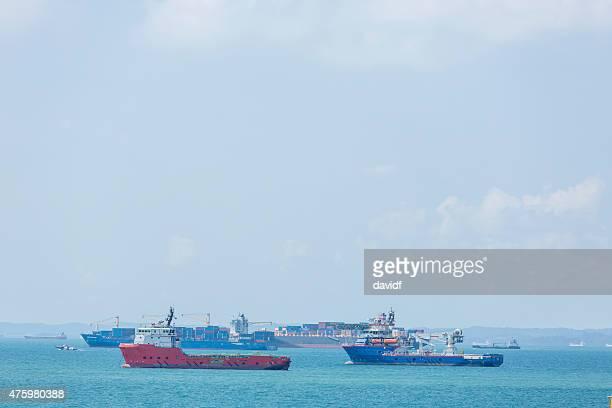 Frachtschiffe im Hafen von Singapur warten