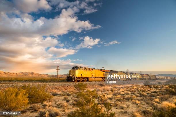 貨物列車は砂漠を通って転がる - 貨物列車 ストックフォトと画像
