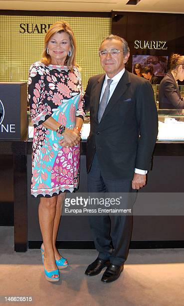 Cari Lapique presents a charity bracelet in order to raise funds for the Aladina Foundation at Suarez Jewellery shop on June 20 2012 in Madrid Spain