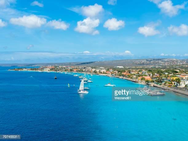 caribbean, bonaire, kralendijk, coast and townscape - caribisch nederland stockfoto's en -beelden