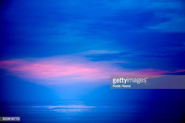 caribbean ocean scape in costa rica with sky and sea only on the horizon. - robb reece stock-fotos und bilder