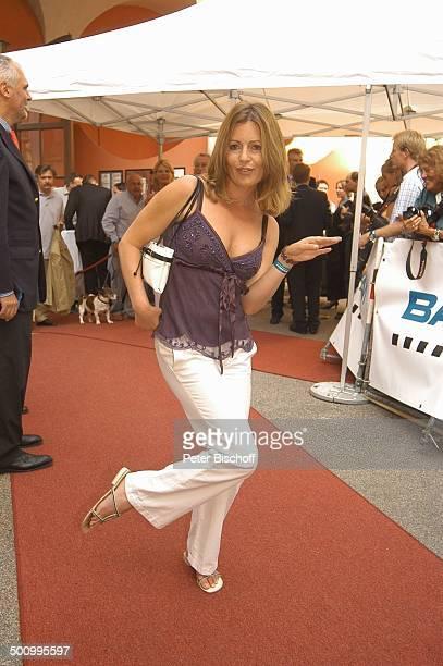 Carin C. Tietze, Empfang der Bavaria Film, Filmfest München, , P.-Nr.: 906/2005, Handtasche, Sandalen, Sommerschuhe, Party, roter Teppich,...