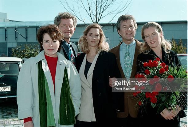 "Carin C. Tietze , Rita Russek; Miroslav Nemec , Michael Schwarzmeier und Maria;Furtwängler- Burda , ZDF- Komödie ""Herz über Kopf"",;Blumen.,"