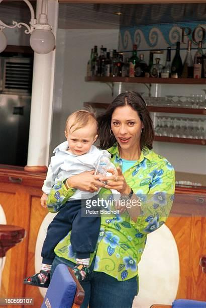 Carin C Tietze Sohn Fausto Tietze am Rande der Dreharbeiten zur ZDFReihe Traumschiff Folge 43 Thailand Asien Casablanca/Marokko/Afrika MS Deutschland...